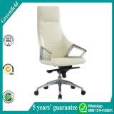 白い執行部の机椅子