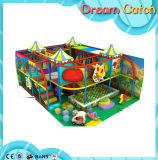 Corrediça interna do campo de jogos para o centro do jogo dos miúdos
