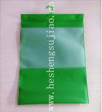 緑のハンガーが付いている曇らされた友好的なエヴァの衣服のパッキング袋