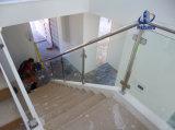 pasamanos y barandilla de cristal de la escalera del acero inoxidable