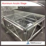 El equipo del funcionamiento ensambla la etapa de cristal