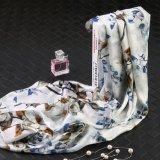 Fiore sulla sciarpa bianca del regalo di modo