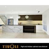 Weißer kleiner Küchepantry-Schrank mit geöffneter Insel und schwarzem Quarz Bentch SpitzenTivo-0221h