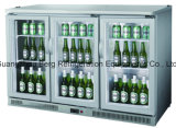 Sob o refrigerador contrário bebe umas latas mais frias dos frascos de vinho da barra do restaurante do refrigerador
