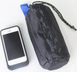 屋外の繭紬フード付きはさみ金の超小さい超携帯用旅行によって延ばされている寝袋