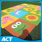 Relvado sintético colorido para a grama Non-Toxic do jardim de infância dos miúdos
