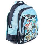 Посыльный малышей кладет Backpacks в мешки школы