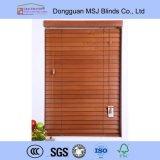 abat-jour de fenêtre en bois de lamelles de 50mm avec le système de Regency pour le décor à la maison