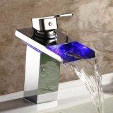 Do dissipador claro da bacia do diodo emissor de luz da cor da torneira 3 da bacia do banheiro da cachoeira do cromo do diodo emissor de luz RGB Faucet moderno