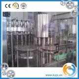 Завалка бутылки минеральной вода и оборудование упаковки