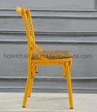 싼 노란 십자가 뒤 식사 의자