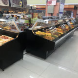 スーパーマーケットのデリカテッセンの前のスライドガラスドアか鶏または肉または調理された食糧冷却装置ショーケース