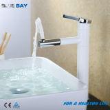 Le bassin en laiton blanc de vanité d'émerillon retirent le mélangeur de bassin de robinet