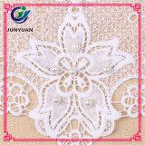 Colares florais do laço do Crochet branco disponível