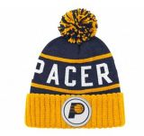 Manera del invierno del sombrero con la insignia del bordado