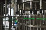 自動びん詰めにされた飲料水の瓶詰工場