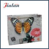 Bolsa de papel laminada mate del regalo de las compras de la mariposa del papel de marfil 3D