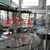 A produção empacotou a linha de água mineral bebendo engarrafada plástico