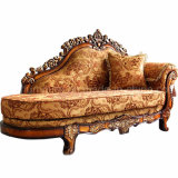 Sofá antiguo de la tela con la mesa de centro para los muebles de la sala de estar
