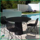 椅子が付いている屋外の防水庭のテーブルの上