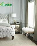 現代優雅で明確で純粋な寝室の虚栄心によって映されるマルチ引出しの枕元の箱