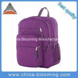 余暇のバックパックの紫色の肩のランドセルをハイキングするティーネージャー旅行