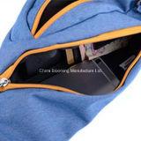 Gli uomini impermeabilizzano il mono sacchetto di nylon dello zaino dell'imbracatura del triangolo della spalla