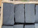 Zp 까만 현무암 타오르는 넘어지는 자연 균열 입방체 또는 자갈 또는 포석 조약돌