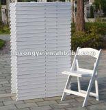 Weiße Hochzeits-Falte-Stühle