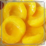 Pêssegos amarelos enlatados das metades no xarope claro