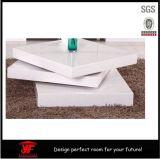 木の現代上昇の上の正方形の白く光沢度の高いコーヒーテーブル