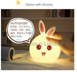 Il mini indicatore luminoso variopinto di notte del coniglio del silicone del fumetto LED scherza gli indicatori luminosi del regalo dell'atmosfera LED della lampada di lato del letto del bambino per l'amico dei bambini