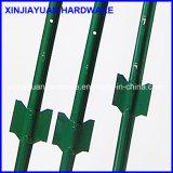 Покрашенный зеленым цветом столб загородки столба u с лопатой
