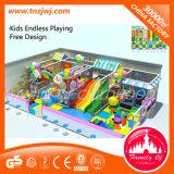 O grande mercado caçoa o campo de jogos macio interno dos brinquedos da área de jogo