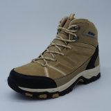 Sport esterni delle calzature degli uomini del cuoio genuino che fanno un'escursione i pattini impermeabili