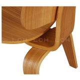 椅子を食事するヘルマンのミラーによって形成される合板