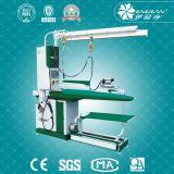Equipamento de lavanderia passando da tabela do vapor da cor verde