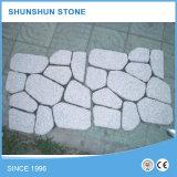 Камни кубика гранита серой белизны вымощая