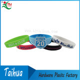 O silicone de Debossed une os braceletes dos Wristbands (TH-05176)