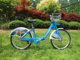 Ombros dobro azuis Bicicleta-Brilhantes públicos e uma bicicleta da forquilha dianteira