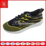レースが付いている偶然の歩きやすい人のスポーツの靴