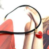 De rode AcrylTegenhangers van de Halsbanden van het Hart Eenvoudig met Zwart Leer voor Vrouwen
