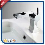 Robinet BRITANNIQUE de bassin de salle de bains du Royaume-Uni de robinet de cascade à écriture ligne par ligne (HC2937)