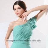 Bridesmaid одевает платье партии выпускного вечера плеча женщин одно шифоновое