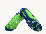2 цвета запашут ботинки футбола для сбывания