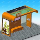 Riparo esterno della fermata dell'autobus della mobilia con la scheda dell'annuncio e la casella chiara solare
