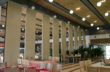 ホテルスペース部のための音響の操作可能な隔壁