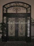 アパートの鋼鉄入口の鉄のゲートおよびドア