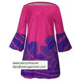 Le donne hanno stampato il vestito floreale con la fuori-Spalla