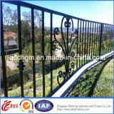 工場からの住宅の電流を通された正方形の管の錬鉄の塀